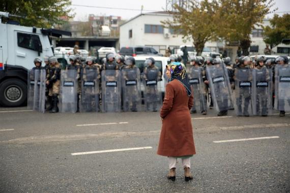 İkiköprü Belediyesi Eş Başkanı Hatice Taş, belediye binasını ablukaya alan jandarma barikatı önünde