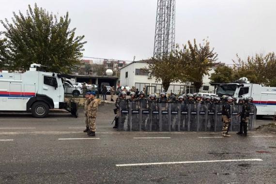 Batman İkiköprü Belediyesi önünde polis barikatı ve TOMA'lar bekliyor
