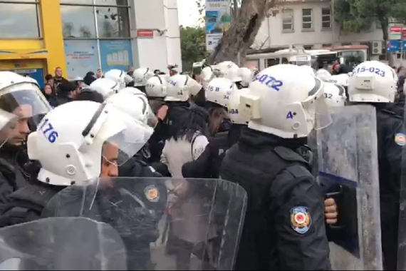 Kadıköy'deki kadın eyleminde polis bazı kadınları gözaltına alıyor.