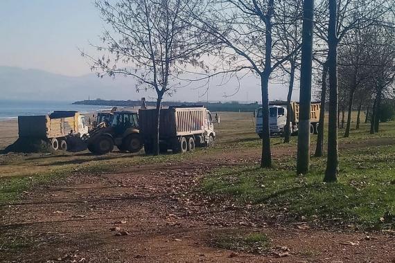Kaçak kum çeken iş makineleri ve kamyonlar