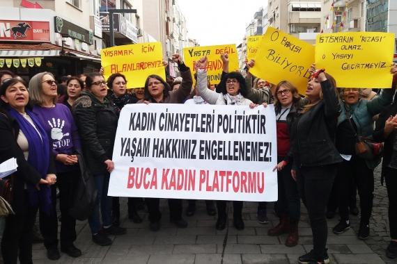 Buca Kadın Platformu üyesi kadınlar, 'Kadın cinayetleri politiktir, yaşam hakkımız engellenemez!' yazılı pankartı taşıyarak yürürken