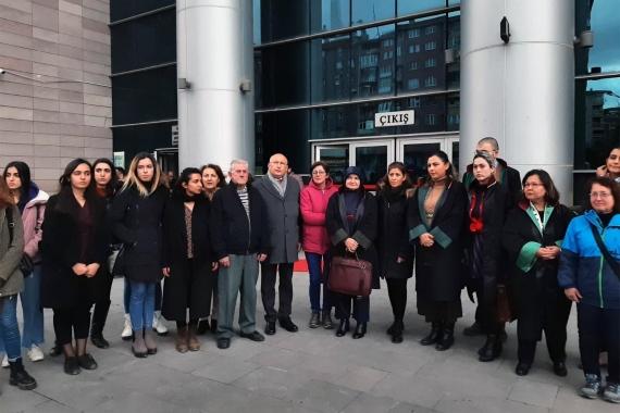 Duruşma sonrası kadınlarla birlikte açıklama yapan Utku Çakırözer