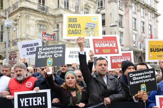 Basın özgürlüğü için eylem yapan gazeteciler