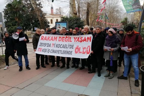 2019'da Kocaeli'de ülke genelinde iş cinayetlerinde yaşamını yitirenlerin sayısının da yer aldığı pankartı taşıyan kişiler.