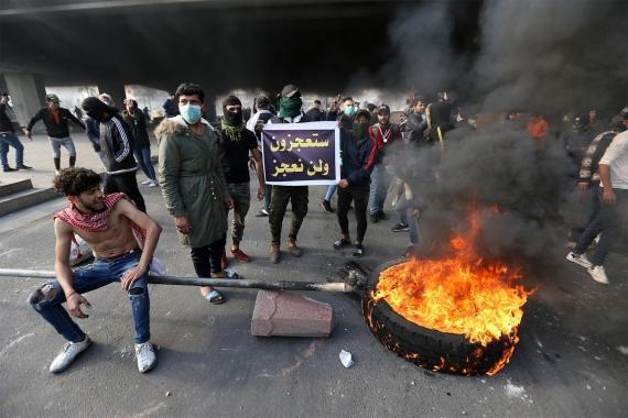 Irak'ta yol kapatma eylemi ile hükümeti protesto eden gençler