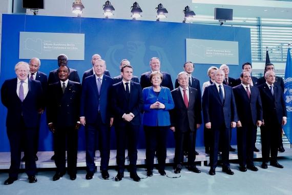 Berlin'deki Libya Konferansı'na katılan temsilciler ayakta poz veriyor.