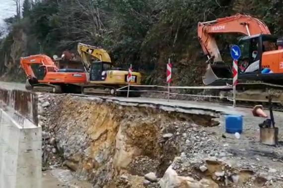 Rize'nin Güneysu ilçesinde Gürgen Köyü halkı HES projesinde çalışan iş makinelerini bölgeden çıkarttı