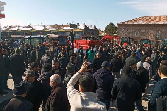 Ticaret Bakanlığının ihracat kısıtlaması kararını protesto eden soğan üreticileri