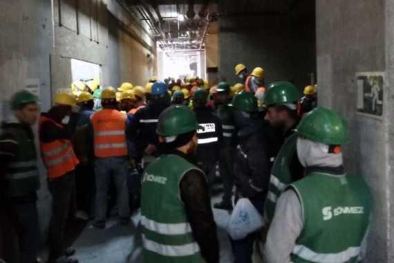 Asansör bekleyen işçiler