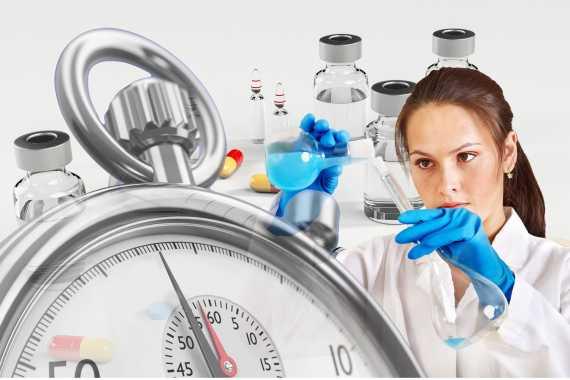 bir sağlıkçı kadın etrafında tıbbi malzemelerle yapılmış bir kolaj