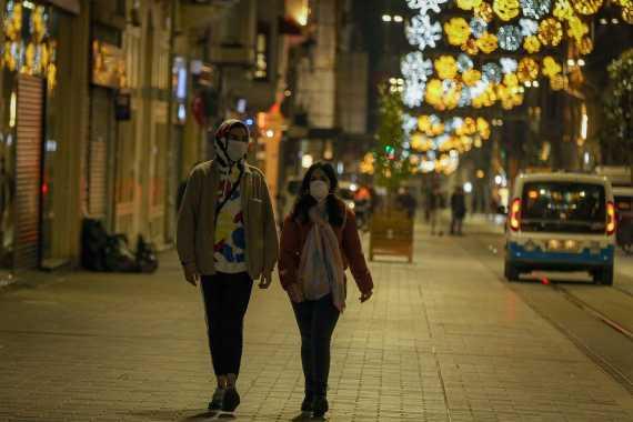 İstanbul'da koronavirüs (Kovid-19) önlemleri sonrası boş kalan İstiklal Caddesi'nde yüzlerinde maske ile yürüyen genç bir çift.
