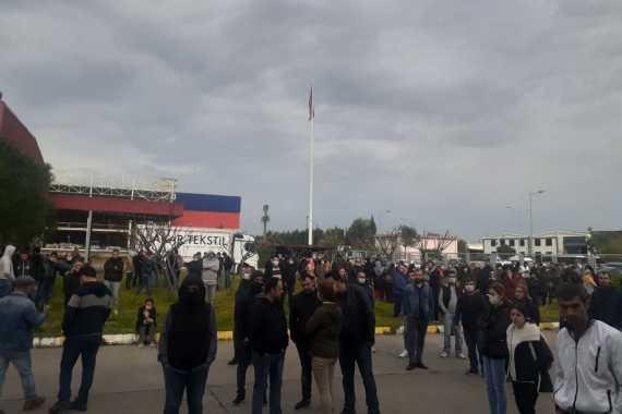 Akar Tekstil işçileri fabrika önünde beklerken