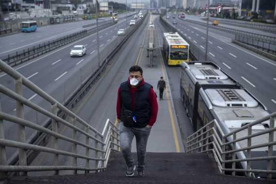 Metrobüs durağında yolcular