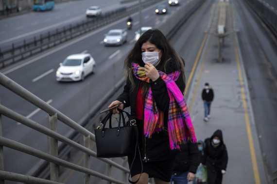 Metrobüs durağında yolcu