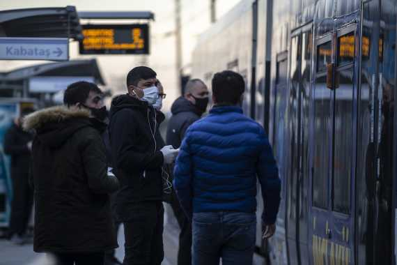 Yolcular metrobüs bekliyor