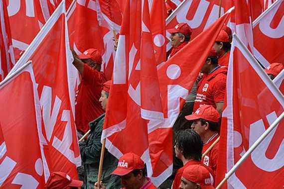 Unia Sendikası üyesi işçiler ve sendikanın bayrakları