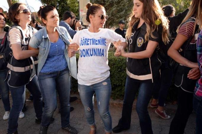 Diyarbakır'da yürüyen öğretmenler gözaltına alındı