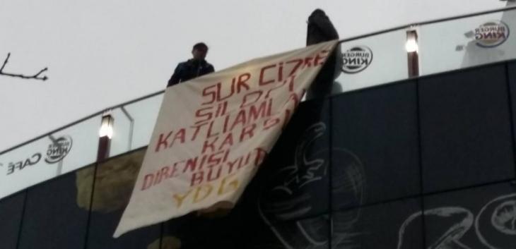 Ankara'da pankart asan 4 genç gözaltına alındı