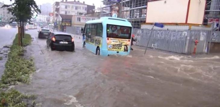 İstanbul'da yaz yağmuru: E-5 kapandı, üst geçidi bile su bastı!