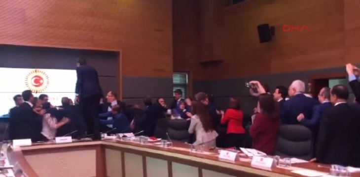 AKP'nin dayatmaları yumruklu kavga getirdi