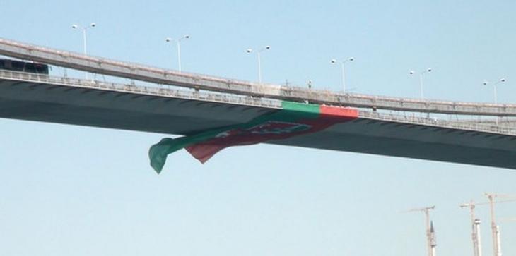 Boğaza Karşıyaka bayrağı