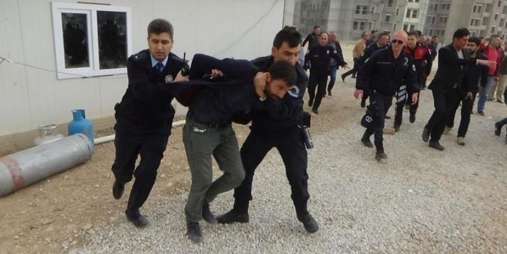 Polis, 8 aydır ücret alamadıkları için eylem yapan işçilere saldırdı