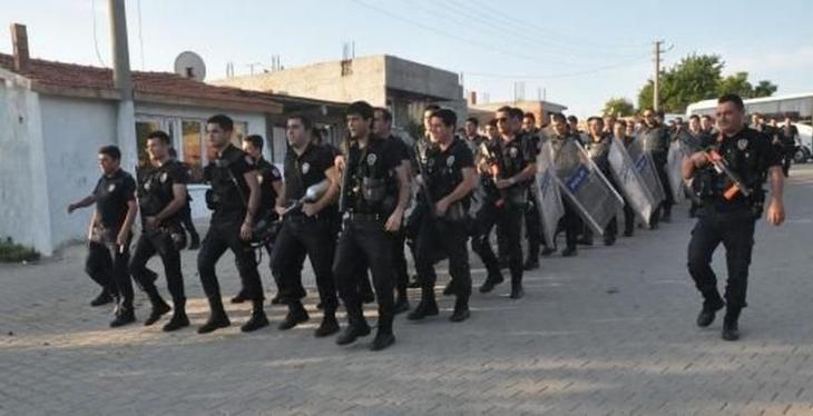 200 polis Roman mahallelerinde 'Ne mutlu Türküm diyene' sloganıyla yürüdü