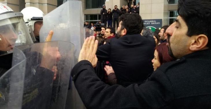 Gözaltındaki avukatların meslektaşlarına polis saldırısı: Adliyeyi avukatlara yasakladılar