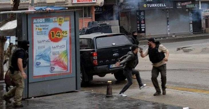 Diyarbakır'da gözaltı anı: Polis, gence silah çekti