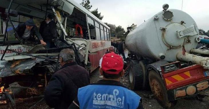 İşçileri taşıyan servis otobüsü vidanjörle çarpıştı: 1 ölü 21 yaralı