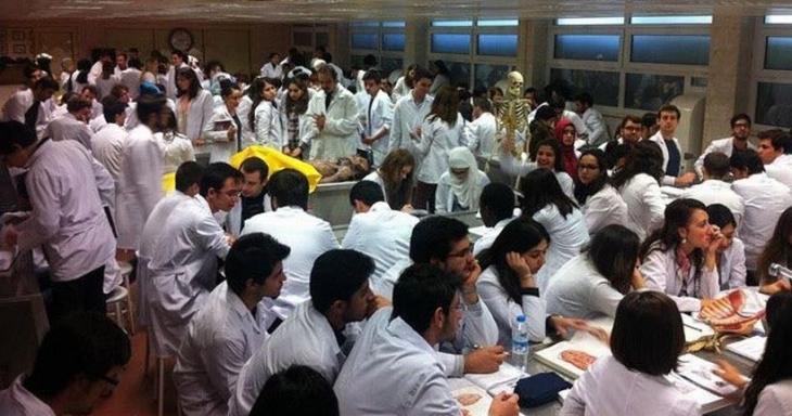 294 kişilik sınıfta tıp eğitimi