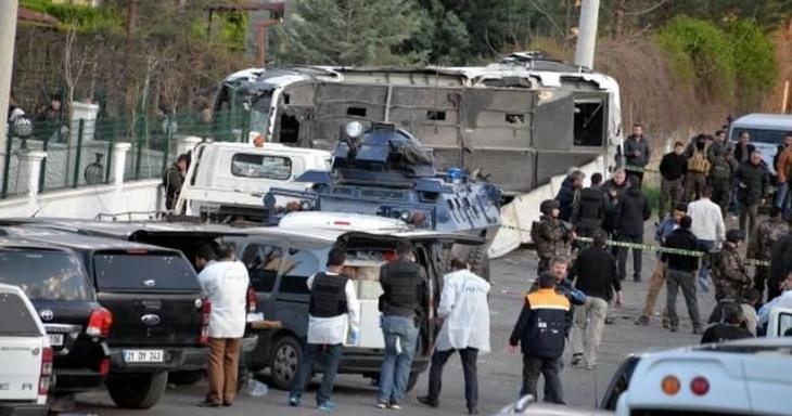 Diyarbakır'da polis servis aracına bombalı araçla saldırı: 7 polis yaşamını yitirdi