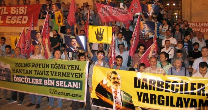 Fatih Camii'nde Mursi protestosu
