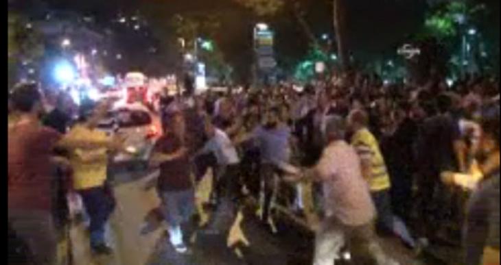 Mursi'ye destek eyleminde kavga