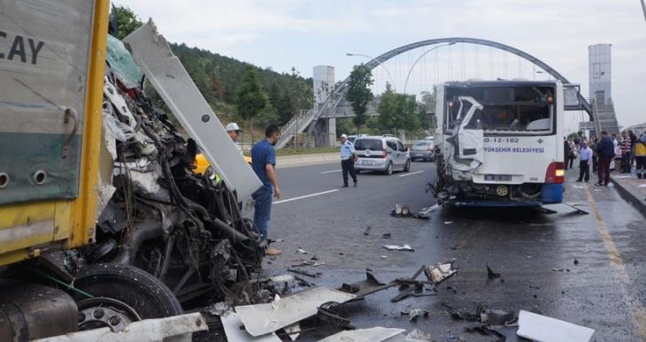 Şeker yüklü TIR, belediye otobüsüne çarptı: 20 yaralı