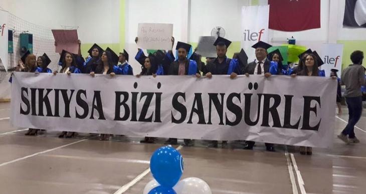 AÜ İletişim Faültesi mezuniyet töreninde anlamlı pankartlar