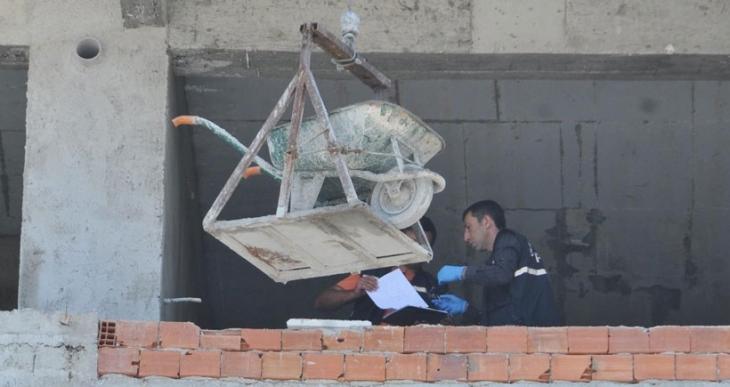 Eskişehir'de inşaata çıkarılan el arabasını almaya çalışırken düşen işçi öldü