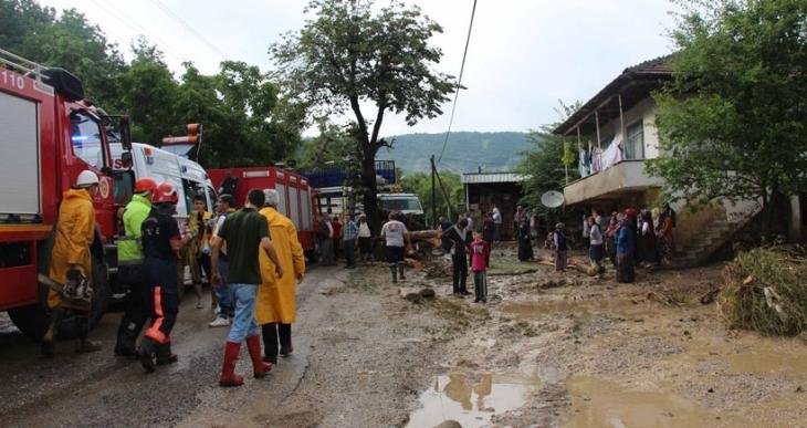 Sakarya'da dere taştı bir kadın sel sularına kapılarak kayboldu