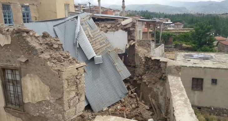 Kerpiç ev yağmurda çöktü: 3 kişi öldü