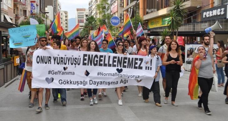 Onur Yürüyüşü'ne saldırı İzmir'de protesto edildi