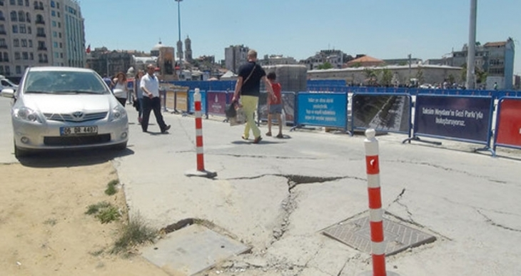 Taksim Meydanı çöktü