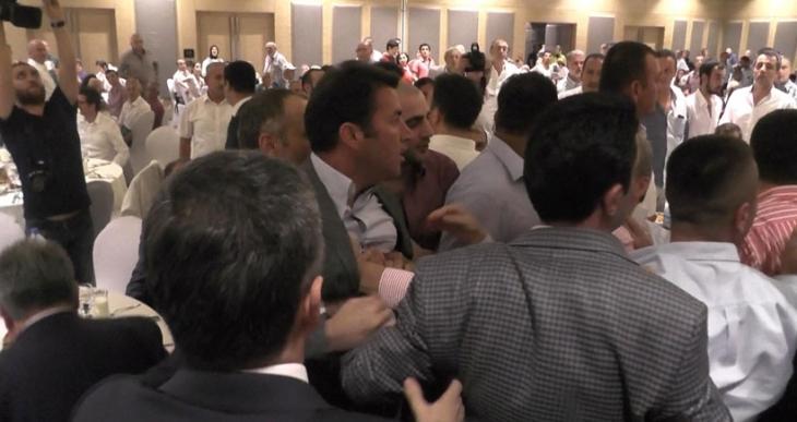 AKP iftarında eski vekille belediye başkanı kavga etti