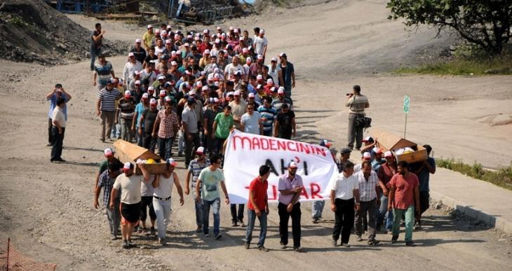 Hema'da 2 asgari ücret eylemi sürüyor: Madenciler tabuta girdi