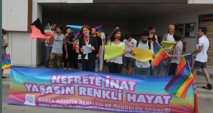 LGBTİ yürüyüşü iptal edildi, basın açıklamasına taşlı saldırı yapıldı