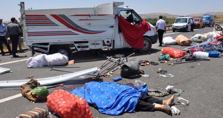Tarım işçilerini taşıyan kamyonet devrildi: 3 ölü, 13 yaralı