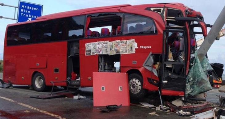 Yolcu otobüsü ile otomobil çarpıştı: 1 ölü, 2'si ağır 29 yaralı