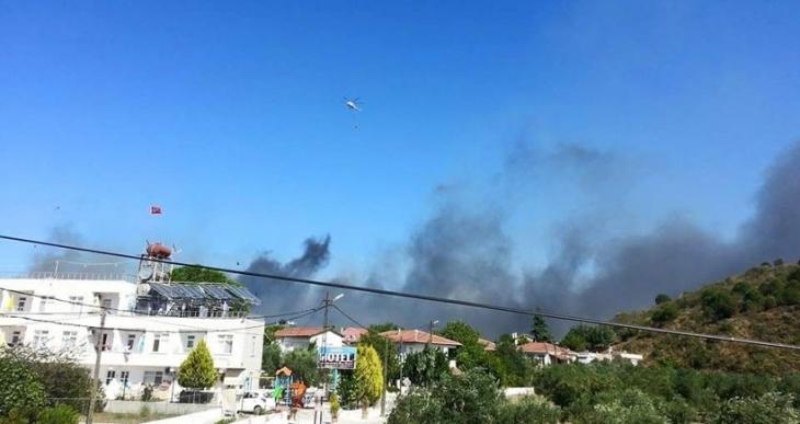 Avşa Adası'nda çöplükte çıkan yangın zeytinliklere sıçradı