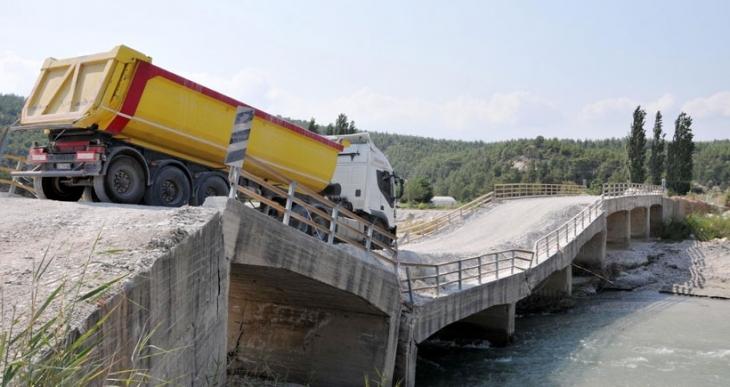 Yıkılmak üzere olan köprü yeniden açıldı