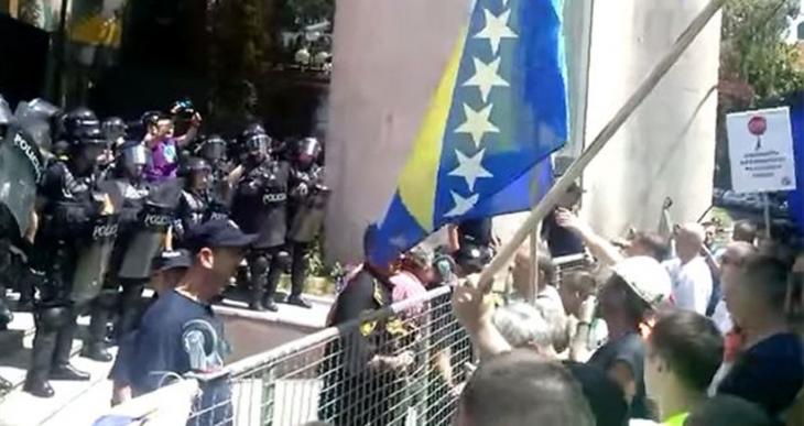 Protestolarla geri çekilen tasarı, işçiler dağılınca parlamentodan geçti