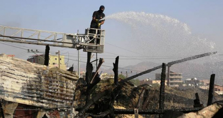 Gaz bombası 8 ahırı kül etti